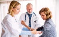 dottoressa misura la pressione